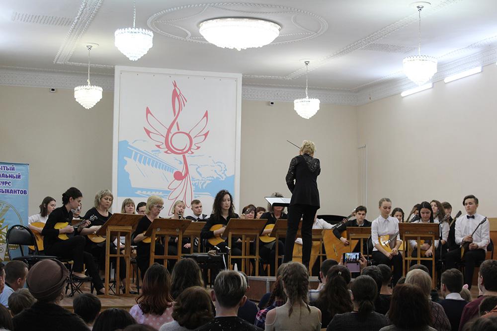 Оркестр народных инструментов, руководитель Ю.И.Терлыга